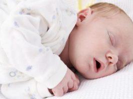 Como sobreviver aos sonos trocados do bebé